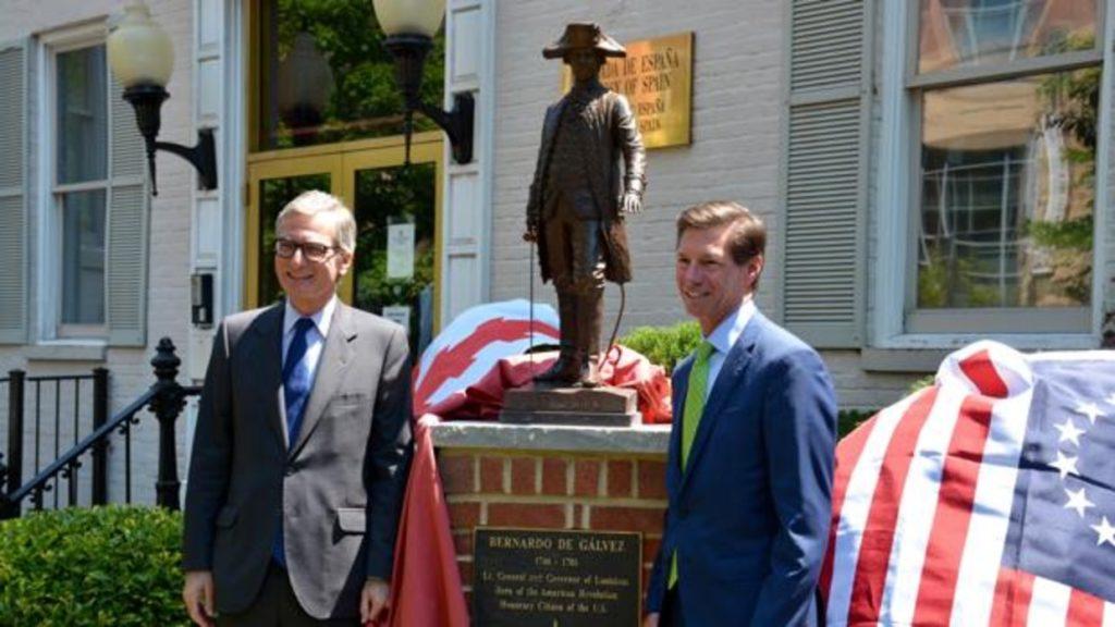 El embajador de España, Santiago Cabanas, y Jim Torgerson, consejero delegado de Avangird junto a la estatuta de Bernardo de Gálvez. Foto cortesía de la Embajada de España.